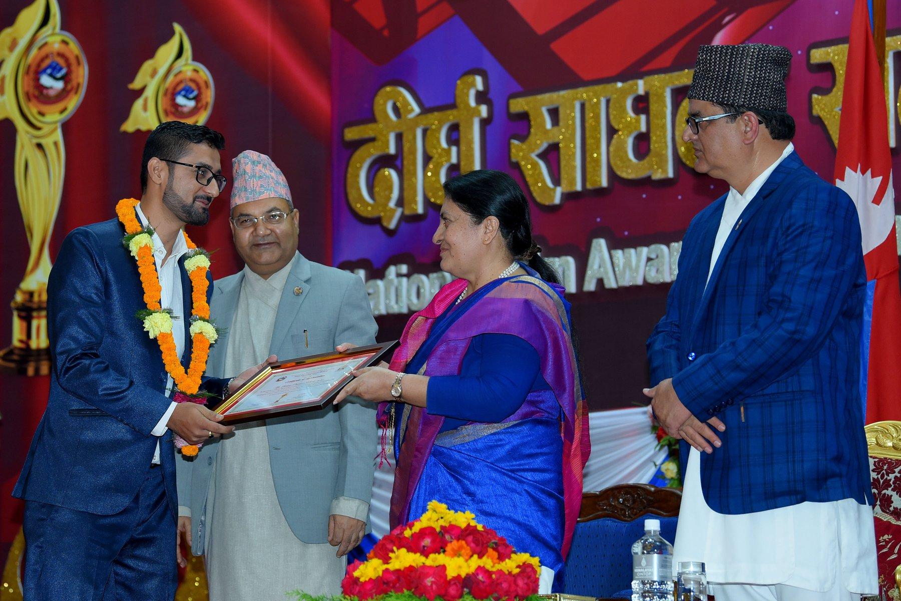 राष्ट्रिय चलचित्र पुरस्कार २०७४ को निर्णायकका रुपमा सम्माननिय राष्ट्रपति श्रीमति बिद्यादेवी भण्डारी ज्यू बाट निर्णायकको प्रमाण पत्र ग्रहण गर्दै