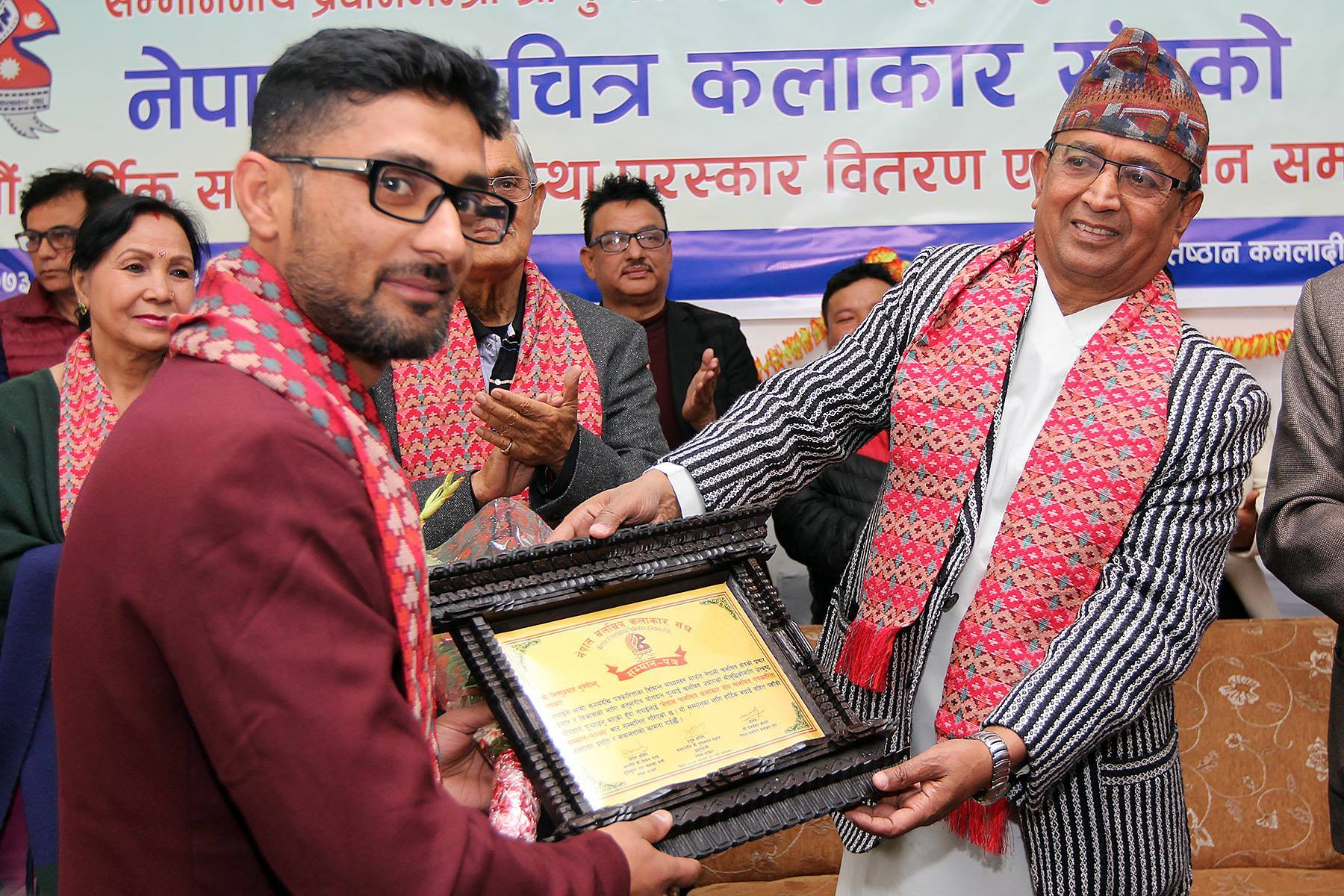नेपाल चलचित्र कलाकार संघ चलचित्र पत्रकारिता सम्मान २०७३ ग्रहण गर्दै । सम्मान अर्पण गर्दै संस्कृति, पर्यटन तथा नागरिक उड्डयन मन्त्री दिलनाथ गिरी