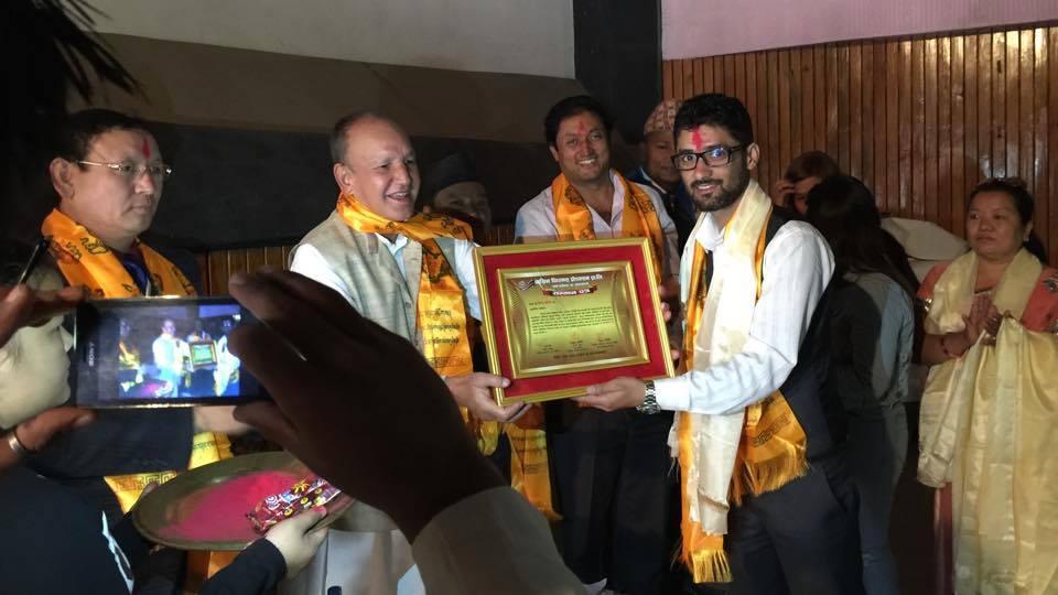 पाख्रिन फिल्मस् पत्रकारिता सम्मान २०७२ ग्रहण गर्दै, सम्मान अर्पण गर्दै शहरी बिकास मन्त्री डा. नारायण खड्का